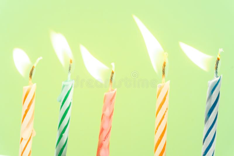 Het kleurrijke gelukkige close-up van verjaardagskaarsen met een pastelkleurachtergrond royalty-vrije stock afbeelding