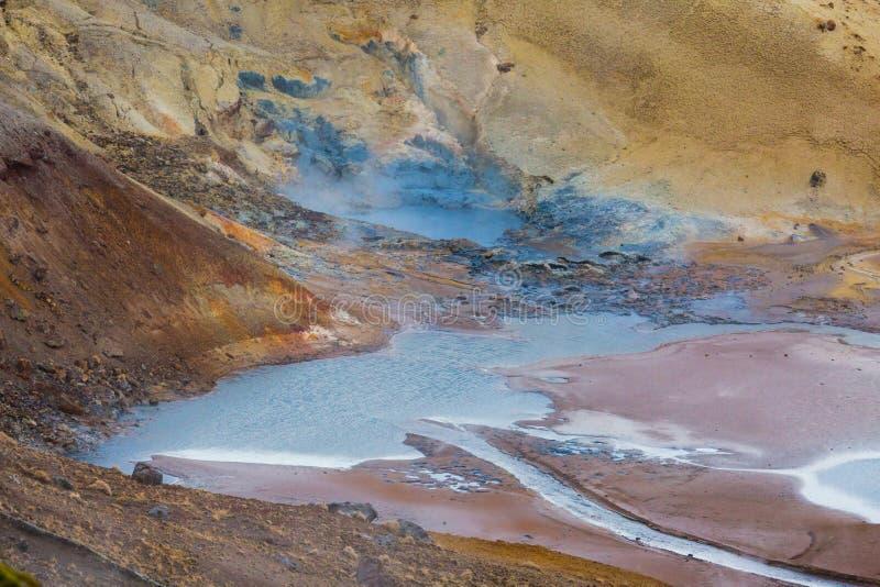 Het kleurrijke geothermische gebied van Krysuvik, water, mudpots en zwavel DE royalty-vrije stock foto's