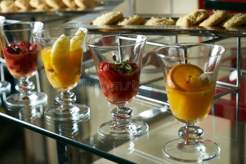 Het kleurrijke glas van de vers fruitcocktail stock foto
