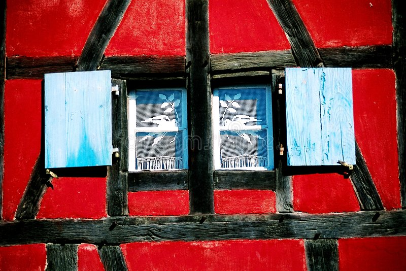 Het kleurrijke huis van het venster stock afbeeldingen