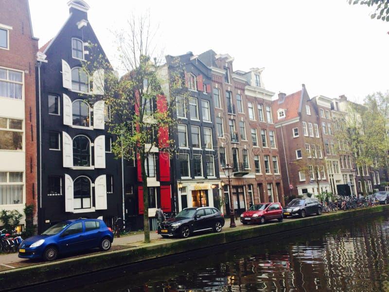 Het kleurrijke Kanaal van Amsterdam stock afbeelding