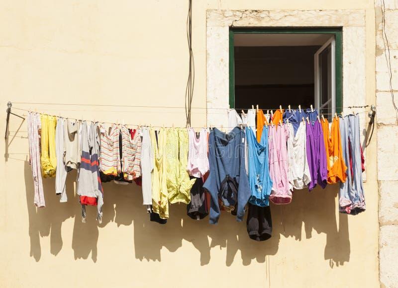 Het kleurrijke kleren drogen online bij het huis van Lissabon stock foto's