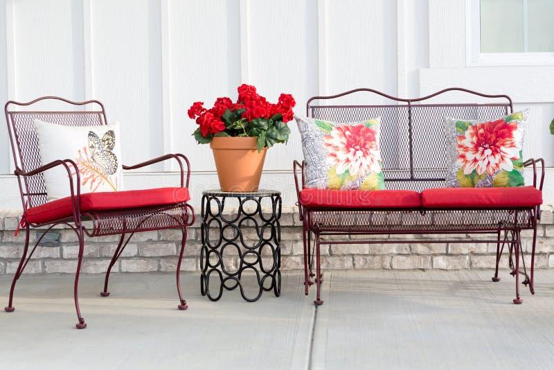 Het kleurrijke meubilair van de smeedijzertuin royalty-vrije stock foto