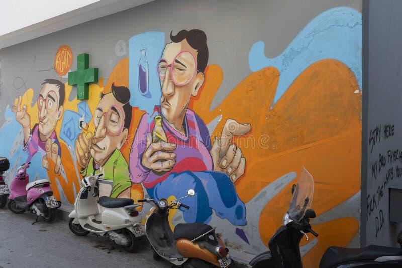 Het kleurrijke muurschildering schilderen behandelt een muur in Athene, Griekenland stock foto