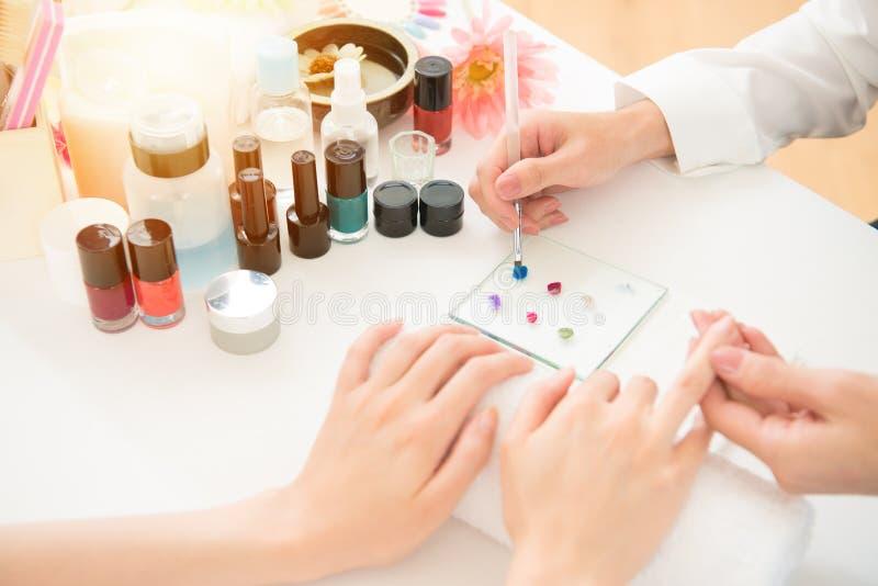 Het kleurrijke nagellak het kleuren schilderen royalty-vrije stock foto