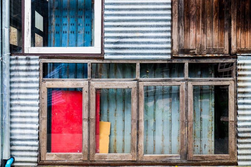 Het kleurrijke ontwerp van de mengelings materiële industriële muur stock afbeelding