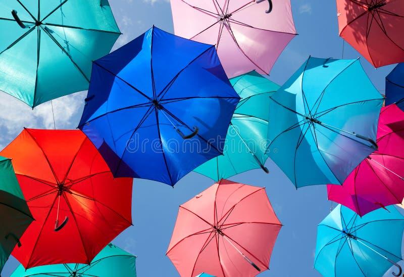 Het kleurrijke paraplu's hangen royalty-vrije stock afbeelding