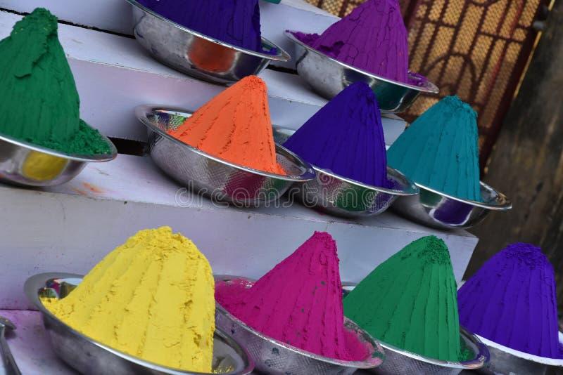 Het kleurrijke poeder in de straat van goden bezit land stock fotografie