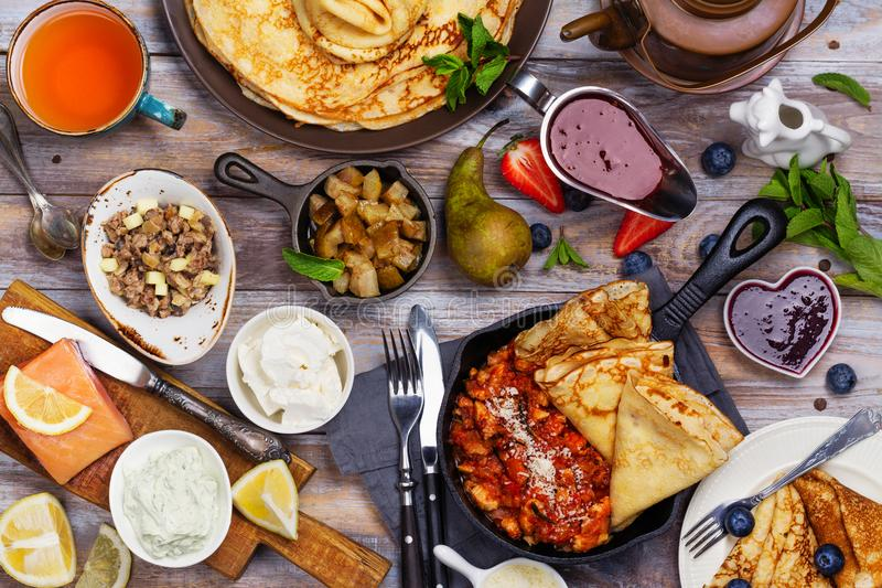 Het kleurrijke, smakelijke en smakelijke ontbijt met omfloerst en verschillende vullingen en sausen stock afbeeldingen