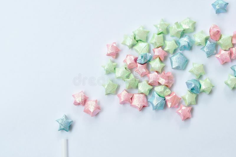 Het kleurrijke sterdocument uitspreiden van plastic stro op witte achtergrond stock foto