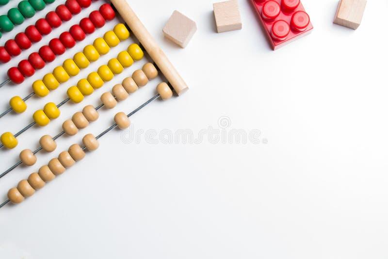 Het kleurrijke stuk speelgoed van telraamjonge geitjes op witte achtergrond royalty-vrije stock afbeelding