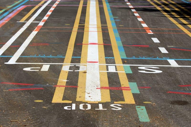 Het kleurrijke testgebied van de straatlijn met veelvoudige lijnen in diverse kleuren en vormen met brieven die op bedekte opperv stock foto's