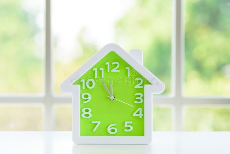 Het klokmodel met voor de lunch tijd en vensterachtergrond in de ochtend royalty-vrije stock foto