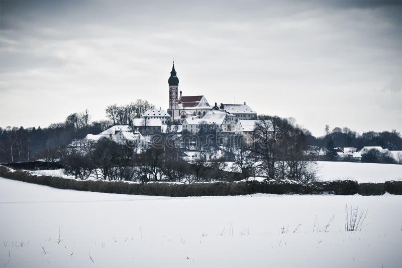 Het Klooster van Andechs in de winterlandschap stock foto