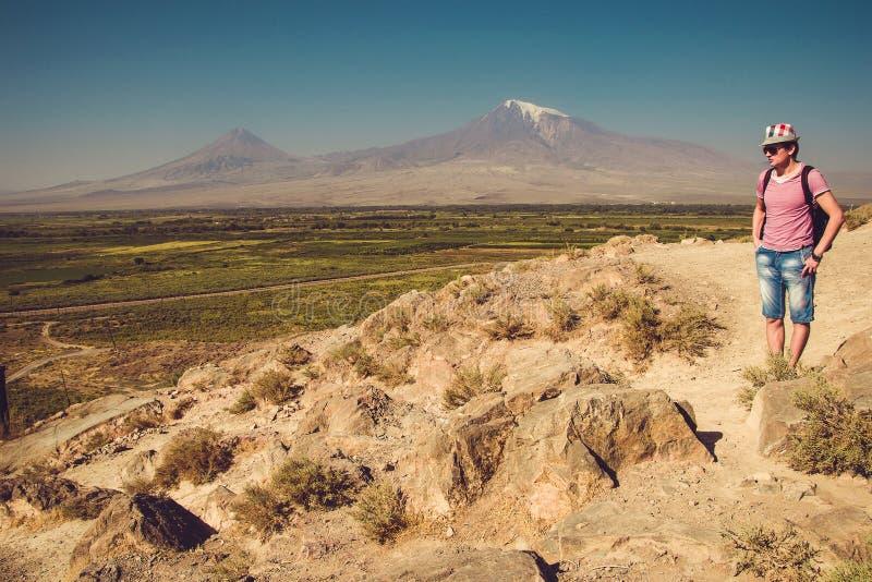 Het Klooster van het bezoekkhor Virap van de reizigersmens Berg Ararat op achtergrond Het onderzoeken van Armenië Armeens avontuu royalty-vrije stock fotografie