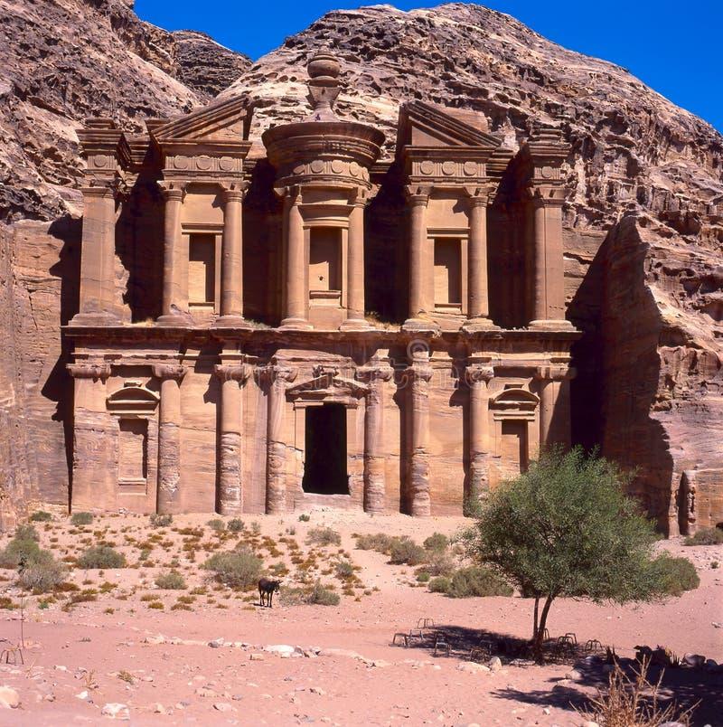 Het klooster van ED Deir in Petra stock foto