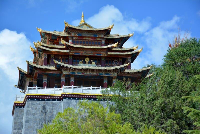 Het klooster van Guishansi op de achtergrond van blauw hemel shangri-La stock afbeelding