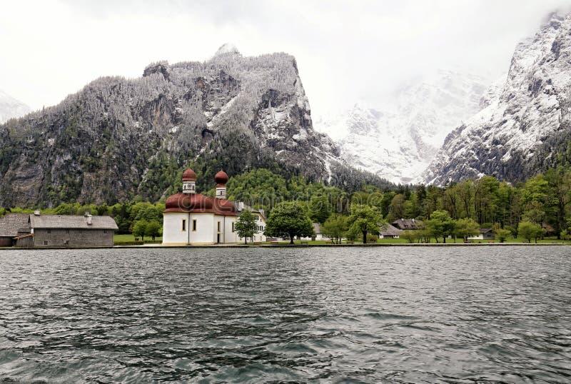 Het klooster van heilige Bartholomew door het Koenigssee-meer royalty-vrije stock foto