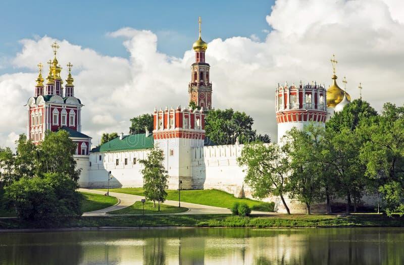 Het klooster van Novodevichy in de vroege ochtend stock foto's