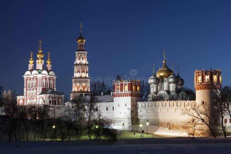 Het klooster van Novodevichyvrouwen bij nacht stock fotografie
