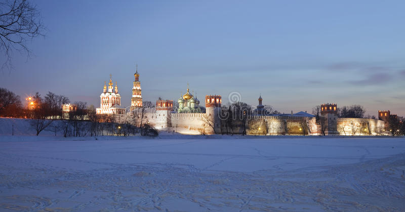 Het klooster van Novodevichyvrouwen bij nacht. Moskou royalty-vrije stock fotografie