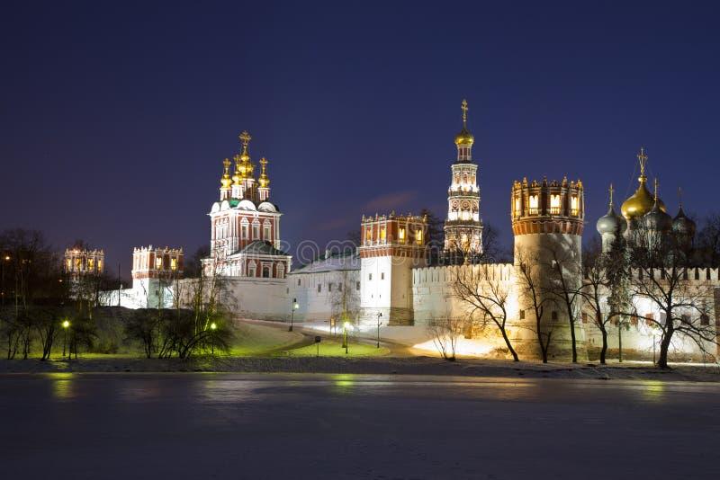 Het klooster van Novodevichyvrouwen bij nacht. Moskou stock afbeelding
