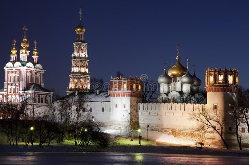 Het klooster van Novodevichyvrouwen bij nacht. Moskou stock foto's