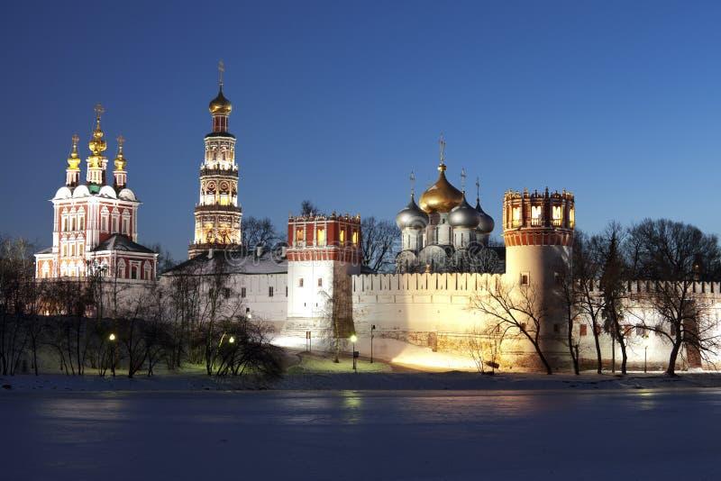 Het klooster van Novodevichyvrouwen bij nacht. Moskou. Rusland royalty-vrije stock foto