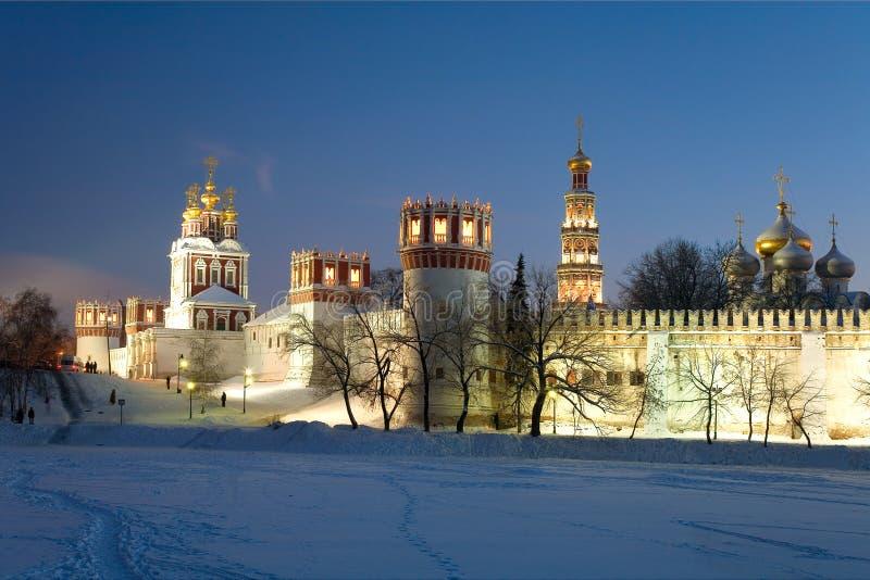 Het klooster van Novodevichyvrouwen bij nacht. Moskou. Rusland stock foto