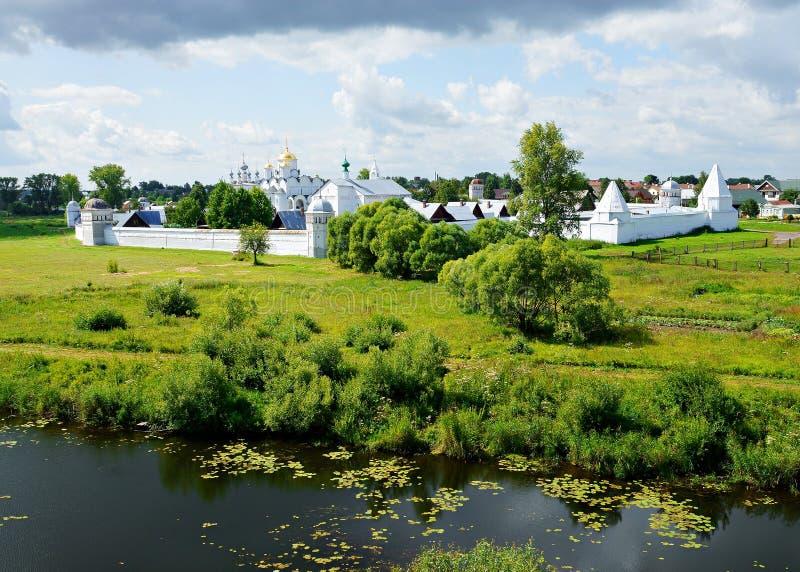 Het klooster van Pokrovsky in Suzdal, Rusland stock foto