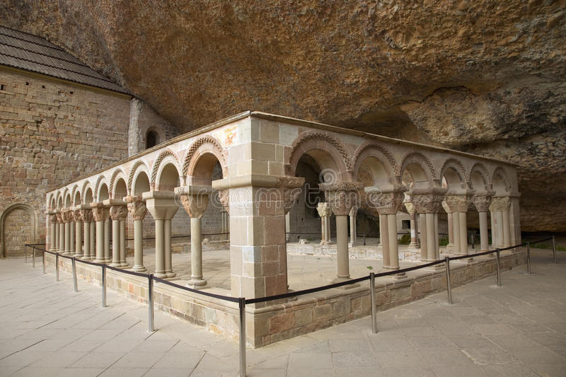 Het Klooster van San Juan de la Pena, Jaca, in Jaca, Huesca, Spanje, van steen onder een grote klip wordt gesneden die Het was oo stock foto
