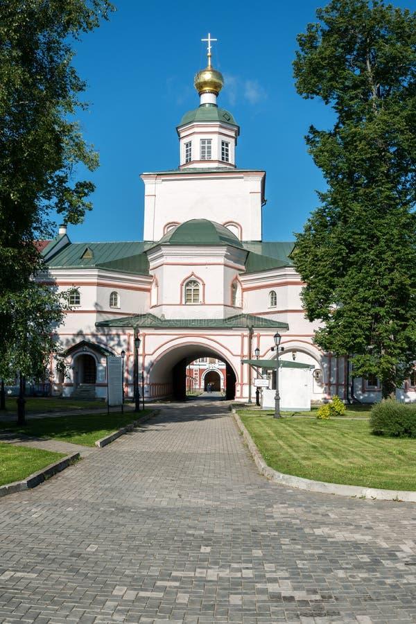 Het klooster van Valdaiiversky: Kerk van Epiphany met een eetzaal en een klokketoren stock afbeeldingen