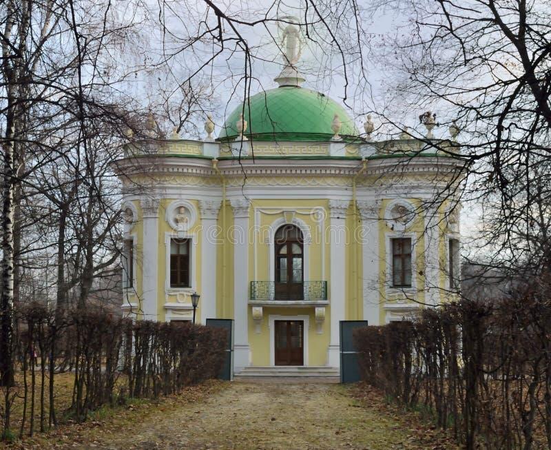 Het Kluispaviljoen in Kuskovo-Paleis i stock fotografie