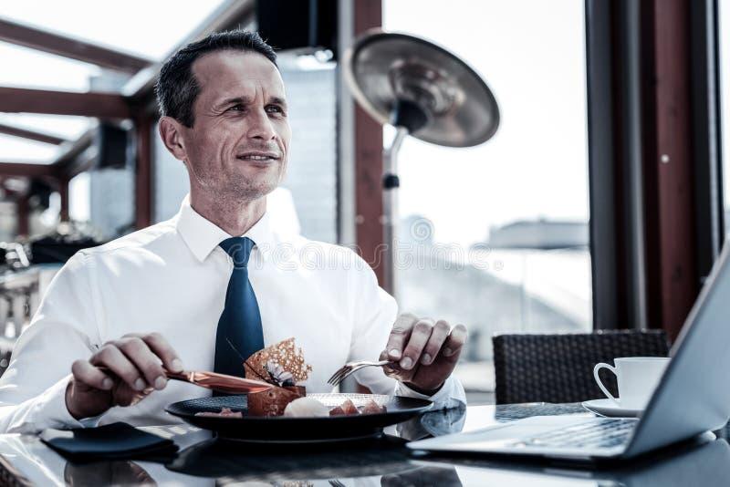 Het knappe aardige zakenman eten stock foto's