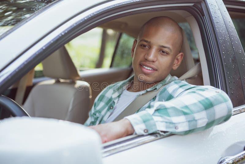 Het knappe Afrikaanse mens genieten die door auto op een roadtrip reizen royalty-vrije stock fotografie