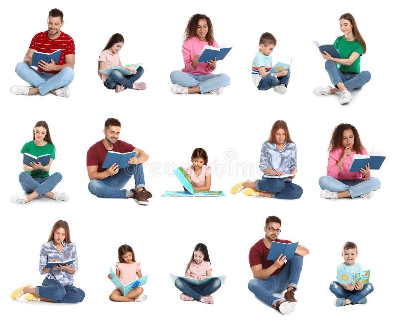 Het knappe boek van de mensenlezing op wit stock fotografie