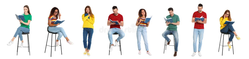 Het knappe boek van de mensenlezing op wit stock foto
