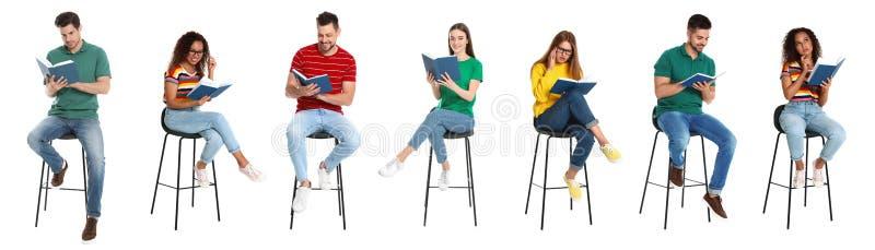 Het knappe boek van de mensenlezing op wit royalty-vrije stock afbeelding