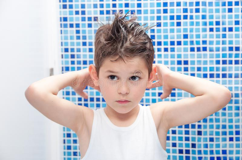 Het knappe haar van de jongensstijl met gel Borstelhaar De jongen in een wit stock afbeeldingen