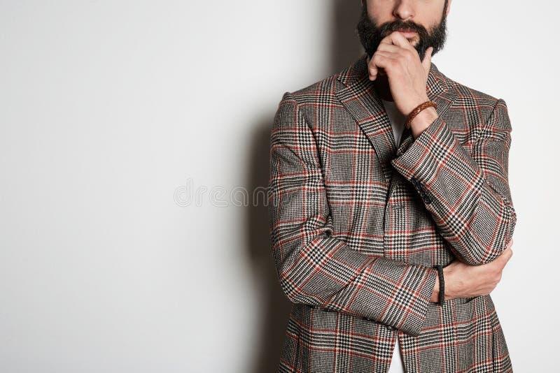Het knappe hipstermodel stelt in toevallig jasje en leeg wit de zomerkatoen van de t-shirtpremie, op witte achtergrond Model stock fotografie
