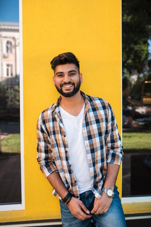 Het knappe jonge Indische mens stellen bij straat stock afbeeldingen