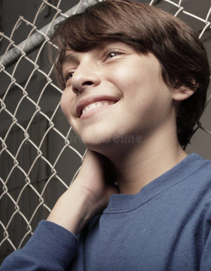 Het knappe jonge jongen glimlachen stock foto's