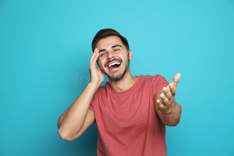 Het knappe jonge mens lachen royalty-vrije stock foto