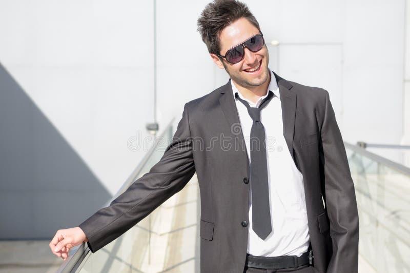 Het knappe jonge zakenman lachen stock fotografie