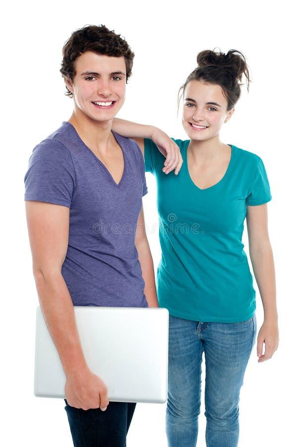 Het knappe laptop van de kerelholding stellen met meisje stock afbeeldingen