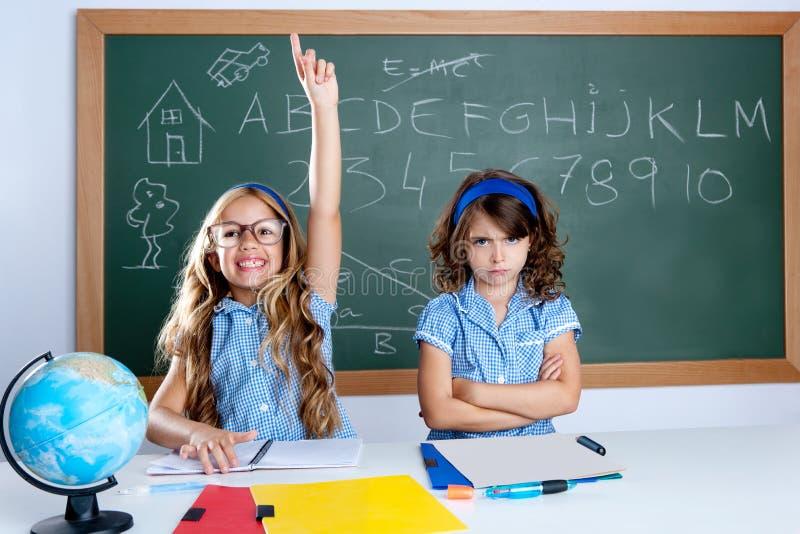 Het knappe meisje dat van de nerdstudent in klaslokaal hand opheft royalty-vrije stock foto