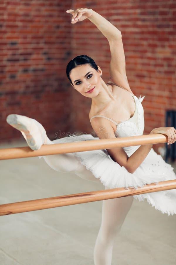 Het knappe meisje is goed bij het dansen, royalty-vrije stock foto's
