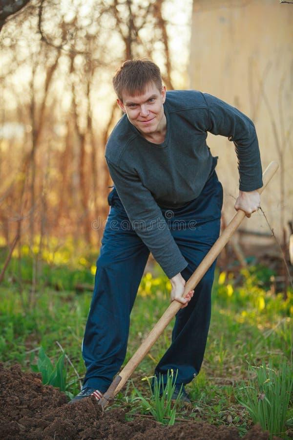 Het knappe mens graven stock foto