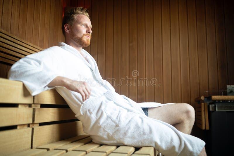 Het knappe mens ontspannen in sauna en het blijven gezond royalty-vrije stock foto