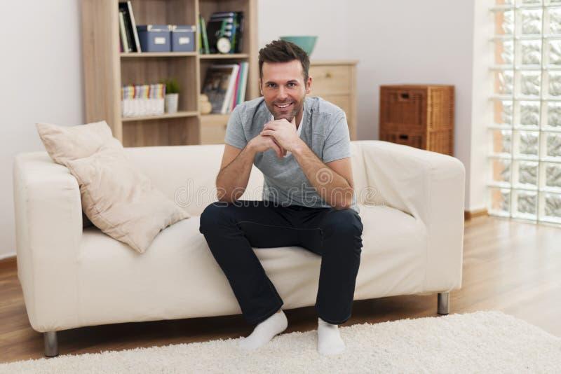 Het knappe mens ontspannen in woonkamer royalty-vrije stock foto